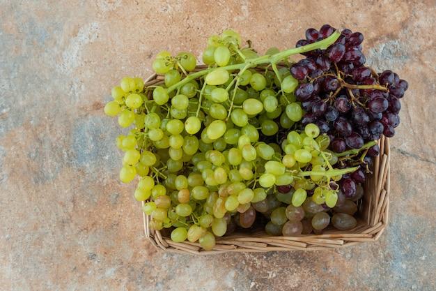Uvas frescas em uma cesta de vime.
