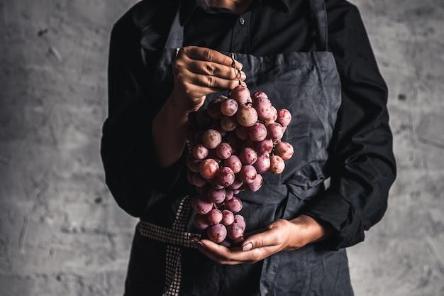 Uvas gigantes disponíveis em um fundo cinza
