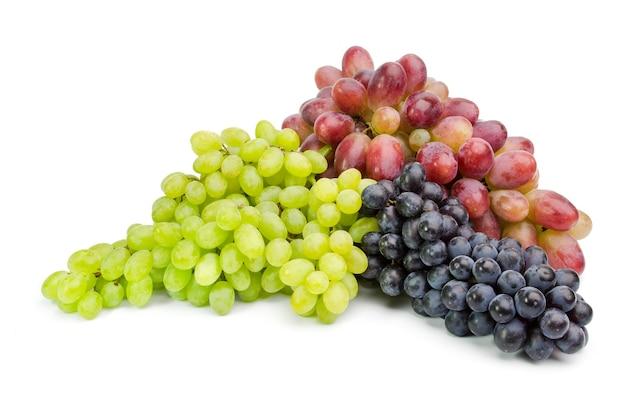 Uvas maduras verdes e roxas isoladas no branco