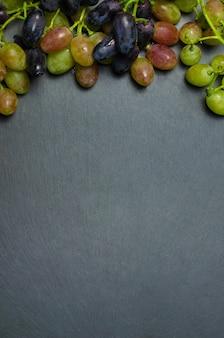 Uvas no escuro, com espaço de cópia.