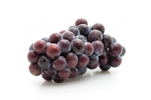 Uvas pretas frescas, isoladas no branco