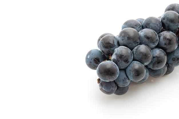 Uvas pretas frescas isoladas no fundo branco