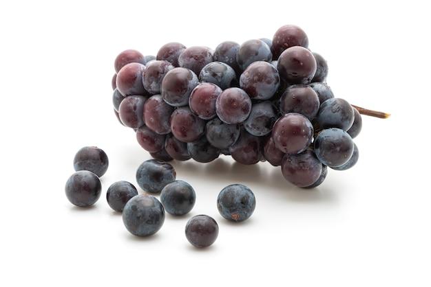 Uvas pretas frescas na mesa branca