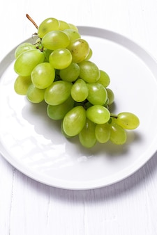 Uvas sazonais frescas em recipientes de plástico prontos para comer para levar