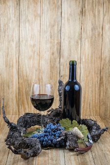 Uvas, uvas, copo de vinho e garrafa