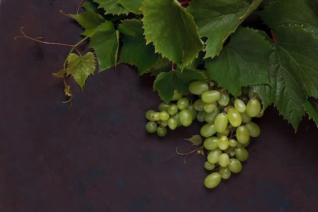 Uvas verdes com folhas.