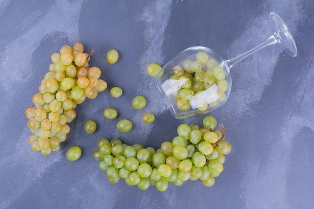 Uvas verdes em uma taça de vinho
