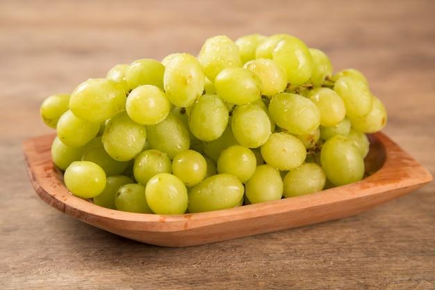 Uvas verdes frescas com folhas. isolado no branco. frutas frescas.