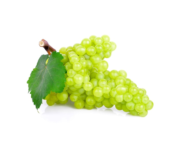 Uvas verdes frescas com folhas. isolado no fundo branco.