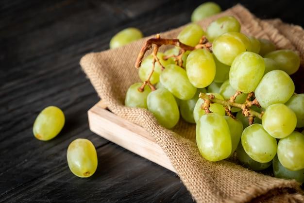 Uvas verdes frescas
