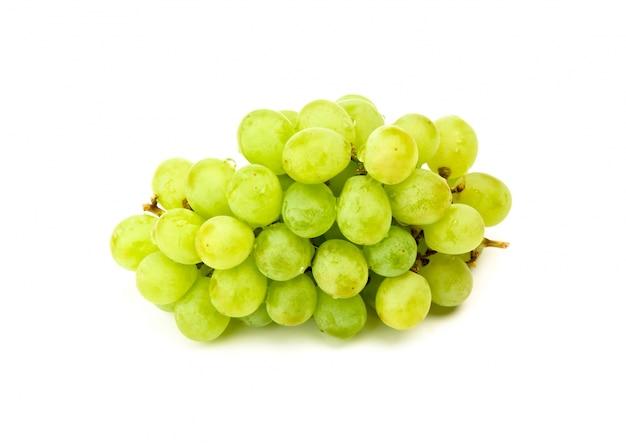 Uvas verdes isoladas no branco