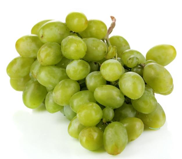 Uvas verdes maduras em branco