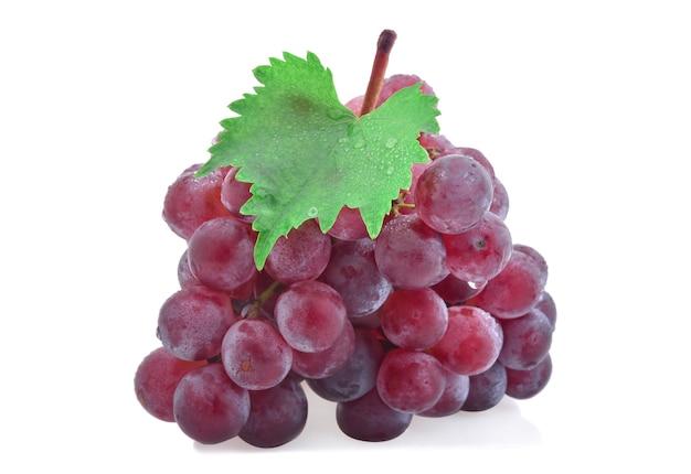 Uvas vermelhas com gota d'água isolada no fundo branco