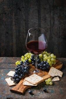 Uvas vermelhas e brancas com biscoitos