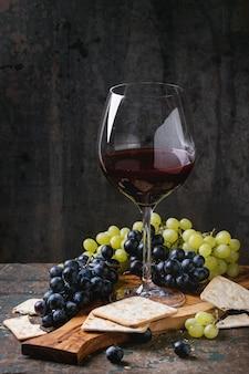 Uvas vermelhas e brancas com bolachas