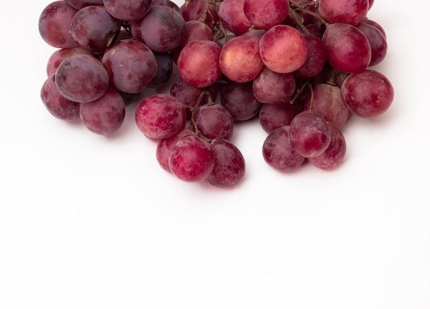 Uvas vermelhas frescas no topo do branco