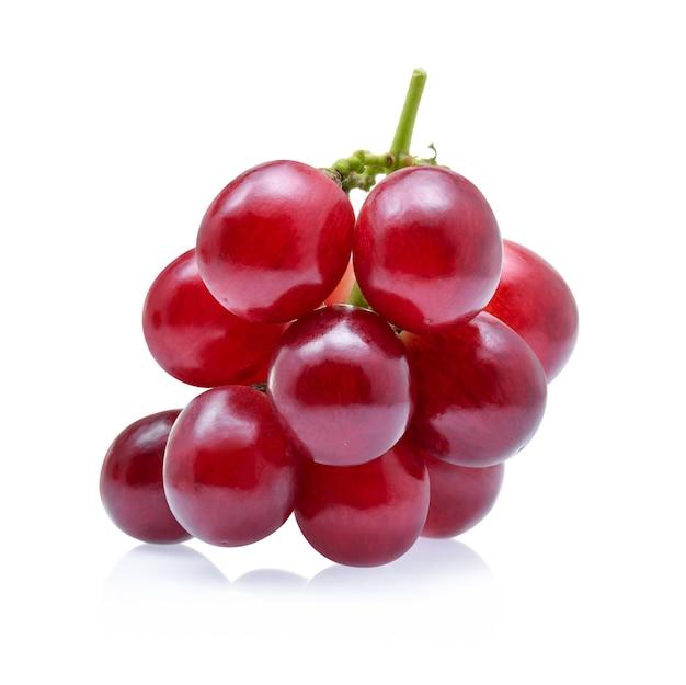 Uvas vermelhas isoladas em branco.