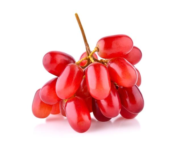 Uvas vermelhas isoladas em fundo branco