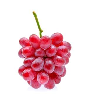 Uvas vermelhas isoladas no fundo branco.