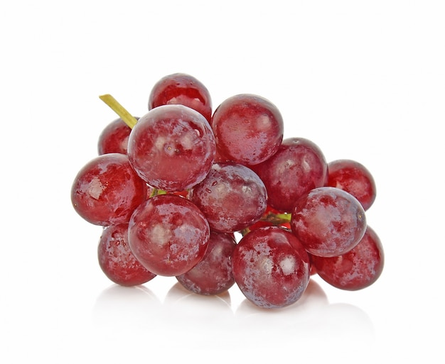 Uvas vermelhas isoladas no fundo branco
