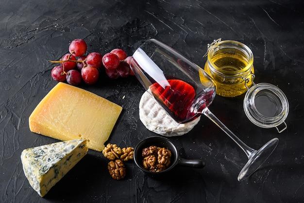 Uvas, vinho tinto, queijos, mel e nozes