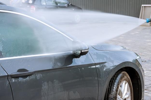 Uzhhorod, ucrânia, 15 de agosto de 2020: lavagem de carros self-service. lave com água a alta pressão e espuma. foco suave.