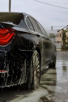 Uzhhorod, ucrânia, 7 de agosto de 2019: lavagem de carros self-service. lave com água a alta pressão e espuma.