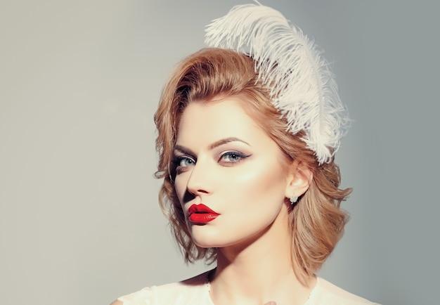 V loira sensual com maquiagem elegante, estilo vintage.