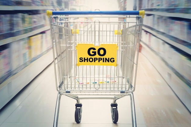 Vá às compras inscrição no carrinho no shopping. mover no supermercado com carrinho de compras. conceito de compras no mercado.