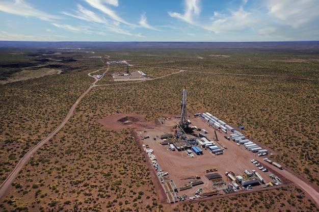 Vaca muerta, argentina, 2 de dezembro de 2014: extração de óleo não convencional. bateria de caminhões bombeadores para fraturamento hidráulico (fracking).