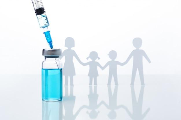 Vacina contra a gripe com seringa na mesa