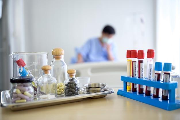 Vacina, sangue e equipamento médico para o tratamento de covid-19 e coronavírus no hospital
