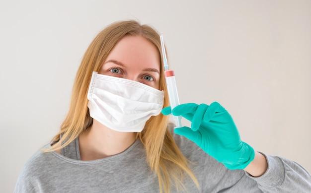 Vacinação bonita da agulha da seringa do doutor da mulher com espaço da cópia. medicamento. vacina grátis. inovação. o conceito da epidemia de coronavírus e anti-poluição atmosférica.