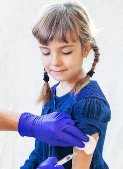 Vacinação de crianças. uma injeção. foco seletivo.
