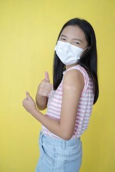 Vacinação de menina linda, usar máscara.