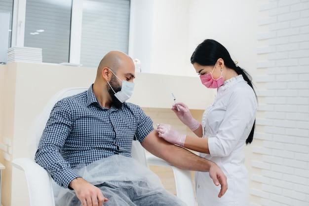 Vacinação de um homem contra a infecção de gripe e coronavírus durante uma pandemia mundial. a formação do sistema imunológico e anticorpos.
