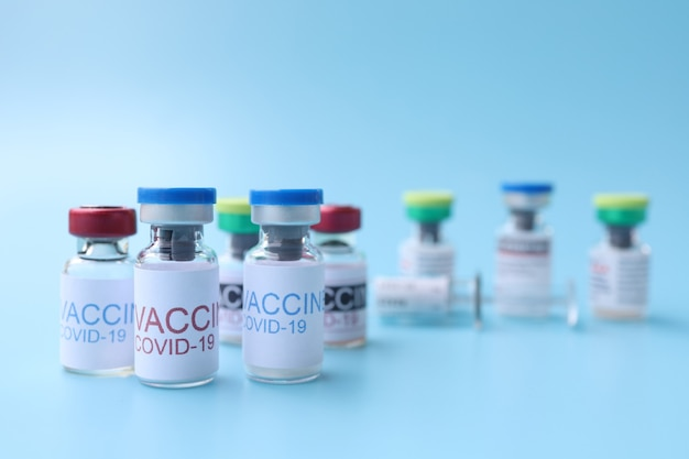 Vacinas covid19 contra o fundo azul