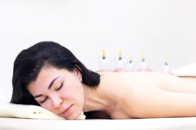 Vácuo massagem nas costas usando vácuo especial. conceito de saúde.