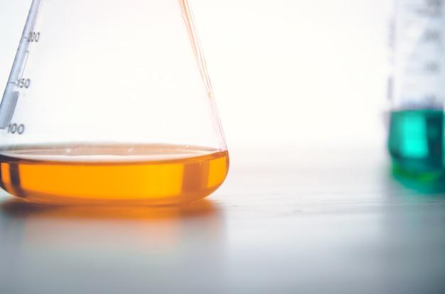 Vacutainer ou tubo de ensaio em laboratório na mesa