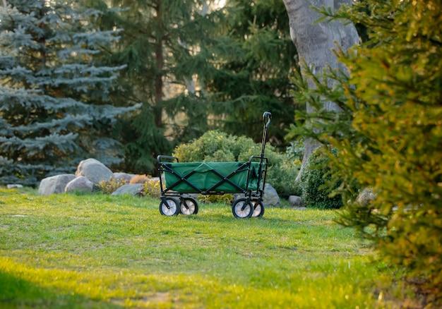 Vagão de carrinho em um jardim na hora por do sol