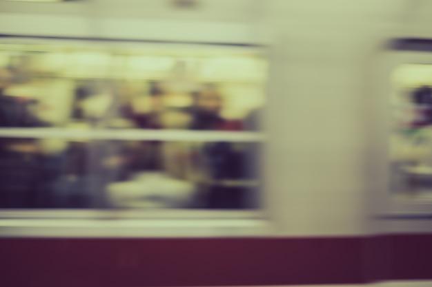 Vagão do metrô passando rápido