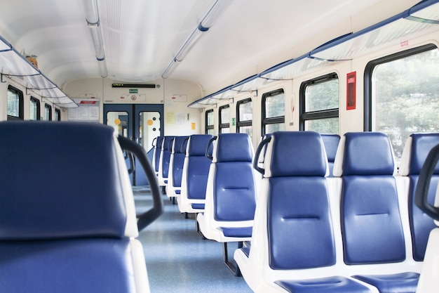 Vagão elétrico vazio com assentos azuis durante a pandemia