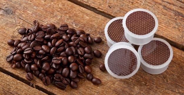 Vagens de café na mesa de madeira
