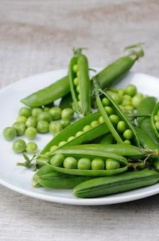 Vagens de ervilhas frescas em um prato