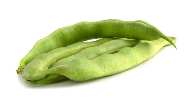 Vagens de feijão verde isoladas no fundo branco.