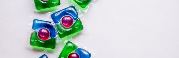 Vagens de lavagem, cápsulas líquidas com gel colorido. detergente ecologicamente correto para lavar roupas