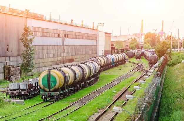 Vagões na ferrovia na estação
