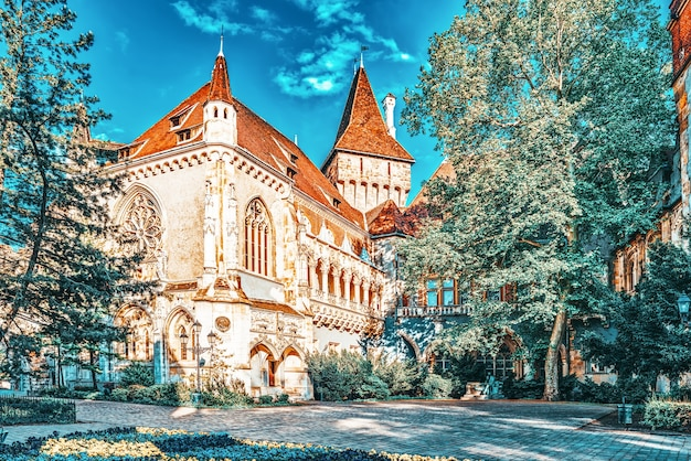 Vajdahunyad castle (hungarian-vajdahunyad vara) é um castelo no parque da cidade de budapeste, hungria.