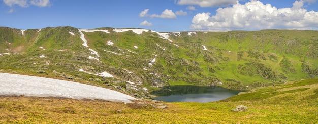 Vale da montanha com lago na primavera