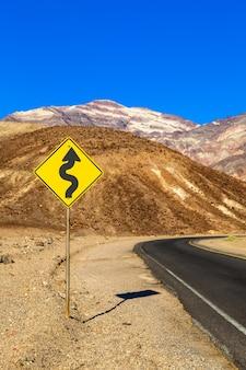 Vale da morte, califórnia. estrada no meio do deserto